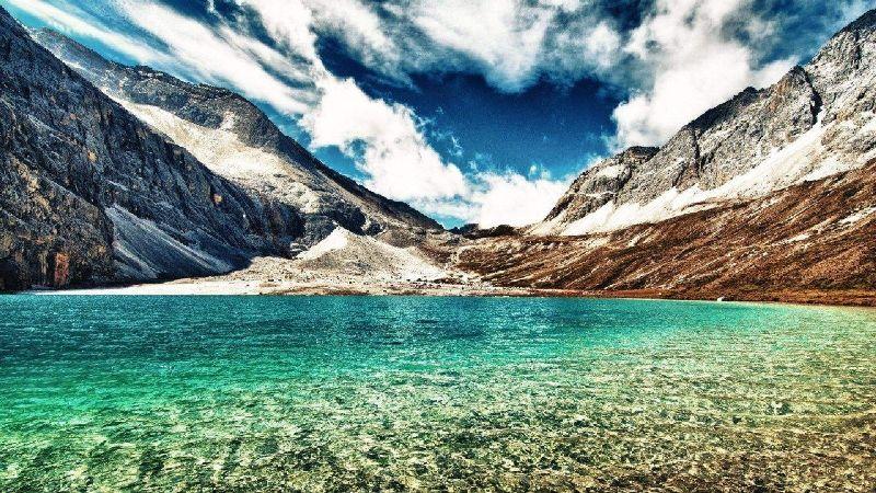 米堆冰川位于藏东南的念青唐古拉山与伯舒拉岭的接合部,被誉为中国最美的冰川,常年冰雪覆盖,景色令人神往。  鲁朗 这名字听来有点陌生,其实它就位于距林芝地区八一镇80公里左右的川藏路上。鲁朗林海由灌木丛和茂密的云杉、松树组成,是鲁朗最美的景致。如果把西藏大部分地域都看成一个强悍的汉子,那鲁朗就是少女,她会改变你对西藏只有粗犷和荒芜的印象,从而去触摸和感知她少女般的和煦与柔美。  巴松措 巴松错在工布江达县错高乡境内,也称错高湖,是宁玛派的圣湖,也是西藏东部最大的淡水堰塞湖之一,同时也是藏传佛教红教(宁
